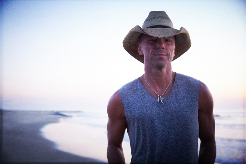 "Kenny Chesney dropt album ""Here And Now Deluxe"""